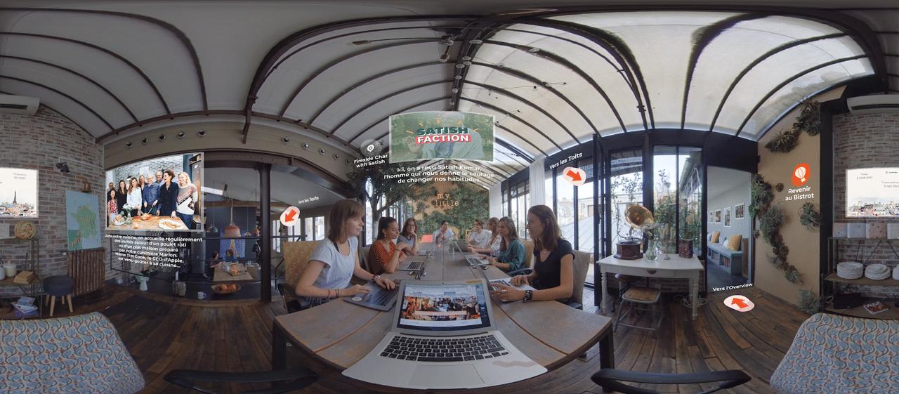 Salle de réunion avec plusieurs personnes autour de la table